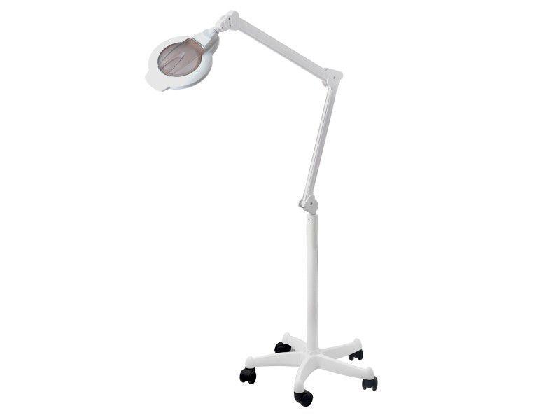 LED lampa se zvětšovací lupou